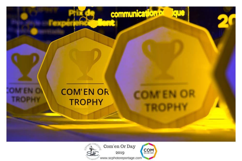 com en or trophy place de la communication